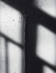Shadows on concrete (frankdorgathen) Tags: gebäude building indoor ruhrgebiet ruhrpott bochum iphone8plus minimalismus minimalistic minimalism banal mundane beton concrete schatten shadow wand wall