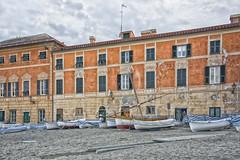 La barca sotto casa... (Renato Pizzutti) Tags: liguria sestrilevante labaia case barche spiaggia cielo nikond750 renatopizzutti