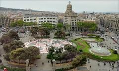 Plaza de Cataluña - Barcelona (Luisa Gila Merino) Tags: ciudad gente barcelona plazacataluña arquitectura invierno árbol estanque plaza personas monumento city cataluña parque