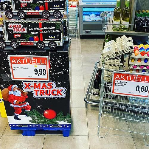 Supermarkt. Christmas Truck auf der einen Seite. Ostereier auf der anderen Seite. Das nenne ich friedliches Nebeneinander der Feiertage. Im Jänner 😎