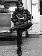 Lectora al metro de Barcelona (heraldeixample) Tags: heraldeixample bcn barcelona spain espanya españa spanien catalunya catalonia cataluña catalogne catalogna dona woman mujer frau femme fenyw bean donna mulher femeie 女人 kadın женщина หญิง boireannach kobieta lector lectora reader lecteur darllenydd αναγνώστη léitheoir lettura 読者 skaitytojas leitor lectură чтение 阅读 læsning llibre libro book livre buch leabhar llyfr bog книга 书 livro imprenta printer metro tube underground subway metropolitana undergrundsbane метро 地铁 albertdelahoz