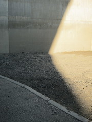 Licht und Schatten, nah beieinander / The Thin Line That Separates Light From Shade (bartholmy) Tags: hartford ct sheldon charteroak brücke bridge charteroakbridge pfeil abutment beton concrete geriffelt riffelung grooved grooves licht schatten light shade kies gravel asphalt tarmac bordstein kerb curb minimal minimalism minimalistisch minimalismus abstrakt abstract