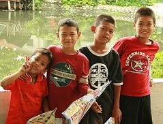 boys and their paper planes (the foreign photographer - ฝรั่งถ่) Tags: four boys children paper planes khlong thanon portraits bangkhen bangkok thailand canon