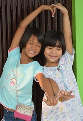 girls making a heart (the foreign photographer - ฝรั่งถ่) Tags: two girls children heart khlong thanon portraits bangkhen bangkok nikon d3200