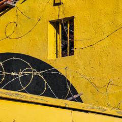 Haute sécurité (balese13) Tags: black jaune canal paca provence barbelé abandonné bouchesdurhône istres 16300 d5500 nikonpassion yourbestoftoday balese tamronaf16300mmf3563dillvcpzdmacrob016 yellow nikon noir tamron plage ruined ruines étangdeberre pixelistes nikonistes romaniquette 1000v20f