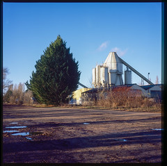 (Paysage du temps) Tags: 2020 20200110 film france fuji landscape nevers nievre paysage provia100 rolleiflex zeissplanar80mm usine granulats sable sand arbre tree silos