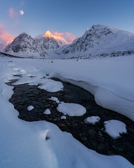 «Sun sets and moon rises» (kaxelsenfoto) Tags: moonrise sunsets sunset moon beauty cold frozen river nature landscapephotography landscape troms northernnorway snowcapped mountains scenery lyngen sørlenangen vinter winter