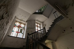 2020-01-17_01-25-47 (wiktor_furmaniak) Tags: staircase stairwell window