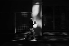 La Llamada (natan_salinas) Tags: streetphotography fotografíaurbana fotografíacallejera bw blackwhite blanconegro bn blancoynegro blackandwhite monocromático monochrome nikon gente people ciudad city luz light shadow sombras urbe d5100 backlight chile noiretblanc urban urbano atardecer sunset man hombre male valparaíso valpo