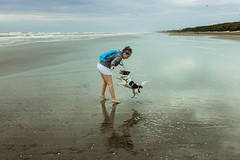 Agus con Simón en la playa (gabriel.g.s) Tags: x100s fujifilm fijifilmx100s x100series mar argentino dog doglover beach argentina fuji fujifilmx100s reflejo candid