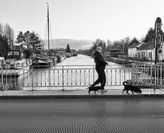 Cambrai, les péniches du quai de Selles (PATRICK skorzec) Tags: cambrai canal bateau péniche quai noiretblanc fujixt3 personne port pont