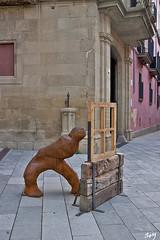 Vic. Detalles.... (svet.llum) Tags: catalunya cataluña vic escultura arte ciudad calle arquitectura verano