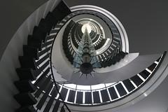 Gedöns-Gelump (Elbmaedchen) Tags: staircase stairwell treppenhaus escalier escaliers escaleras hamburg hammerbrook kreisrund roundandround interior upanddownstairs steps stairs stufen