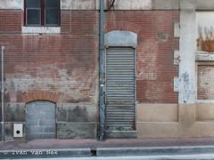 Rue Pouzonville, Toulouse (Ivan van Nek) Tags: nikon nikond7200 doorsandwindows toulouse midipyrénées occitanie 31 hautegaronne france frankrijk frankreich ramenendeuren porte portesetfenêtres