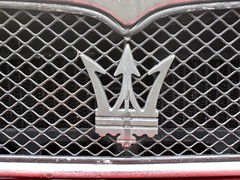 MASERATI Front Emblem (ClassicsOnTheStreet) Tags: txjl76 maserati biturbo spider zagato 1989 maseratibiturbo biturbospider tipoam333 pierangeloandreani marcellogandini cabrio convertible cabriolet 6cylinder 6cilinder v6 pkw voiture 80s 1980s automobile automobiel bil oldtimer classic classico klassieker veteran vintage gespot spotted badhoevedorp sloterweg 2019 straatfoto streetphoto streetview strassenszene straatbeeld classicsonthestreet redcar rood rouge red rot rosso roja sportscar