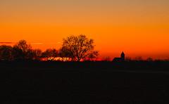 Rotes Licht (KaAuenwasser) Tags: sonnenuntergang landschaft natur baum bäume farbe farben himmel wolken iffezheim januar 2020 licht schatten feld acker kirche ort platz dorf umrisse kräftigrot