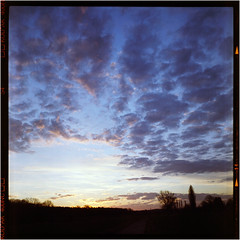 Wintermorgen (Ulla M.) Tags: weltaflex himmel sky wolken clouds 6x6 mittelformat mediumformat homedeveloped selfdeveloped selbstentwickelt tlr expiredfilm canoscan8800f square sunrise sonnenaufgang vintagecamera tetenalcolortec ishootfilm filmshooter filmisnotdead umphotoart analog analogphotography analogue