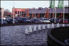 Kodak Signet 40 Testfilm_12 (Hans Kerensky) Tags: kodak signet 40 ektanar rangefinder test film fujifilm superia 200 scanner plustek opticfilm 120 venlo jysk shopping mall flags
