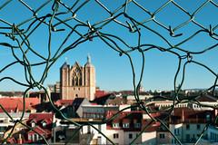 Wirefence... (r.wacknitz) Tags: braunschweig blick maschendrahtzaun parkdeck niedersachsen cityscape urban nikond5600 lightroom