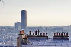 121 Paris Janvier 2020 - les toits de Paris depuis la Butte Montmartre, Tour Montparnasse (paspog) Tags: france paris montmartre butte buttemontmartre 2020 january januar janvier toitsdeparis roofsofparis dächer toits roofs cheminées chimneys