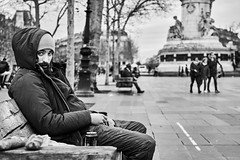 Mann (rainerneumann831) Tags: bw blackwhite street streetscene ©rainerneumann urban monochrome candid city streetphotography blackandwhite paris mann sitzbank
