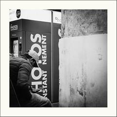 Plonger dans.... (Napafloma-Photographe) Tags: 2019 architecturebatimentsmonuments bandw bw bâtiments france garedunord géographie métiersetpersonnages paris personnes techniquephoto blackandwhite gare monochrome napaflomaphotographe noiretblanc noiretblancfrance photoderue photographe province streetphoto streetphotography ville