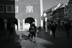 light and shadow@old town, Düsseldorf 2 (Amselchen) Tags: streetphotography city germany season winter sonyilce7rm2 leica leicarlens elmaritr12835 lightandshadow twop pedestrians blackandwhite monochrome