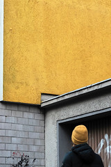 Yellow (Guido Klumpe) Tags: candid street streetphotographer streetphotography strase hannover hanover germany deutschland city stadt streetphotographde unposed streetshot gebäude architecture architektur building perspektive perspective color farbe outdoor drausen minimal minimalism minimalistisch simple reduced frau women lady beauty outside himmel sky