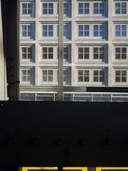 Die Fenster. (Wenig Gelb) / 17.01.2020 (ben.kaden) Tags: berlin berlinmitte alexanderstrase berolinahaus peterbehrens 1932 fenster sbahnhofalexanderplatz weniggelb architektur 2020 17012020