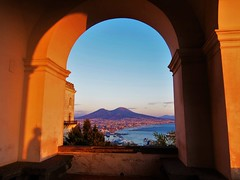 Sunset balcony (Napoli) (flo.ckr) Tags: naples napoli neapel italien italy italia balcony balcone vesuv vesuvius vesuvio arch volcano city vista mare sea aussicht meer