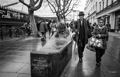 Oscar W. (Jack_from_Paris) Tags: q1000124bw leica q2 19050 dng mode lightroom capture nx2 rangefinder télémétrique hybride blackandwhite monochrome bw noiretblanc noir et blanc monochrom wide angle summilux 28mm street écrivain statue london londres oscar wilde