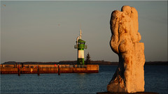 "The sculpture of the ""Der Auseinandersetzer"" and the pier in Travemünde on the Baltic Sea (Ostseetroll) Tags: deu deutschland geo:lat=5396106039 geo:lon=1088493807 geotagged lübeck schleswigholstein travemünde ostsee balticsea leuchtturm lighthouse derauseinandersetzer guillermosteinbrüggen mole olympus em5markii"