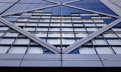 Contrapicado (jpi-linfatiko) Tags: nikon d7200 sigma1770 contrapicado edificio builfing ventanas windows urbana exterior urban lowangle rotos broken vidrios