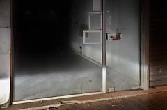 (Jean-Luc Léopoldi) Tags: nuit rue vitrine sale vide fermé phares boutique voiture trottoir arras soir