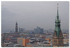 Über den Dächern (Tina0013) Tags: hamburgerrathaus hamburg stpetrikirche flickr hauptkirchestpetri