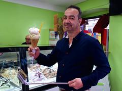 Lecker Eis in Sirmione (ingrid eulenfan) Tags: sirmione italien italy italia gardasee lagodigarda eis speiseeis icecream mann men essen eat handy sonyalpha6000 sonye18105mm
