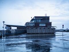 Neuharlingersiel, Fährhaus im Hafen (bleibend) Tags: fährhaus hafen niedersachsen spiekeroog nordsee abend 2020 neuharlingersiel regen leicadgsummilux25mmf14 em5marki