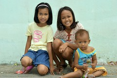 brother and sister with friend (the foreign photographer - ฝรั่งถ่) Tags: three children kids khlong thanon portraits bangkhen bangkok squatting nikon d3200