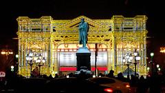 De nombreuses ampoules ;) (8pl) Tags: lumières hiver fêtes moscou statue voitures rue urbain russie jaune bleu lampadaires gens circulation circulentenavantplan