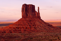 Monument Valley   |   West Mitten (JB_1984) Tags: westmitten butte monument geologicalformation shadow light red colour sunset glow evening navajo navajonation oljatomonumentvalley monumentvalley arizona az unitedstates usa nikon d500 nikond500