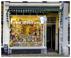 The Cow Museum (Hans Veuger) Tags: nederland thenetherlands amsterdam amsterdamcentrum leliegracht shop shopfront facade winkel winkelpui cowmuseum figurines nikon b700 coolpix nederlandvandaag unlimitedphotos twop koeienmuseum
