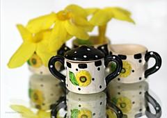 GET NATURE IN YOUR HOME || HAAL EEN BLOEMETJE IN HUIS (Anne-Miek Bibbe) Tags: macromondays macro happymacromonday macromondaysceramic ceramic keramiek nature haaleenbloemetjeinhuis getnatureinyourhome aardewerk mini suikerpot sugarbowl winterjasmijn winterjasmin canoneos70d annemiekbibbe bibbe nederland 2020 tabletopphotography geel yellow yeaune gelb giallo amarillo amarelo dollhouse dollteaset poppenhuis poppenhuisserviesje