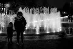 Refléxion (Stratoosfer - Puycelsi France) Tags: saariysqualitypictures refléxion fontaine eau soir sombre noiretblanc blackandwhite monochrome lumière nigth spots street rue albi sudouest contemplation fascination enfants parents jeuxdeau