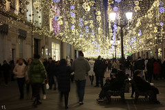 Evening walking IV (gráce) Tags: canon canoneos550d meyeroptikgörlitzprimagon35mmf45 moscow street streetscape streetlife streetscene city people evening light