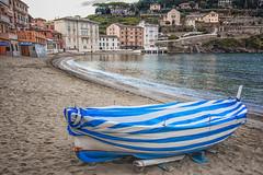 Con il plaid... (Renato Pizzutti) Tags: liguria sestrilevante labaia spiaggia barca mare nikon renatopizzutti
