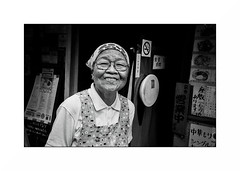 Tokyo - Ryogoku (Punkrocker*) Tags: leica m7 summicron asph 35mm 352 film kodak trix 400 nb bwfp monochrom bnw street city people night tokyo ryogoku japon japan nippon nihon travel