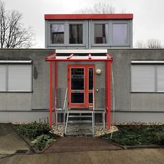 Entscheidungen kommen heute von ganz oben (DANNY-MD) Tags: guesswhereberlin büro berlin treppe stufen rot fenster container
