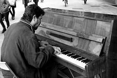 Pianista al carrer. (AviAntonio) Tags: carrer home gent piano virat calle hombre gente virada barcelona