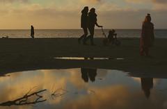 Gezin op het strand van Makkum. (WalWies fotografie) Tags: makkum gezin beach strand