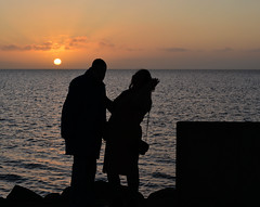 samen genieten van de ondergaande zon. (WalWies fotografie) Tags: makkum gezin beach strand